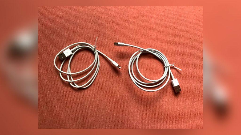 dois cabos USB enrolados, um ao lado do outro, sob um tapete, sendo que apenas um deles rouba senhas