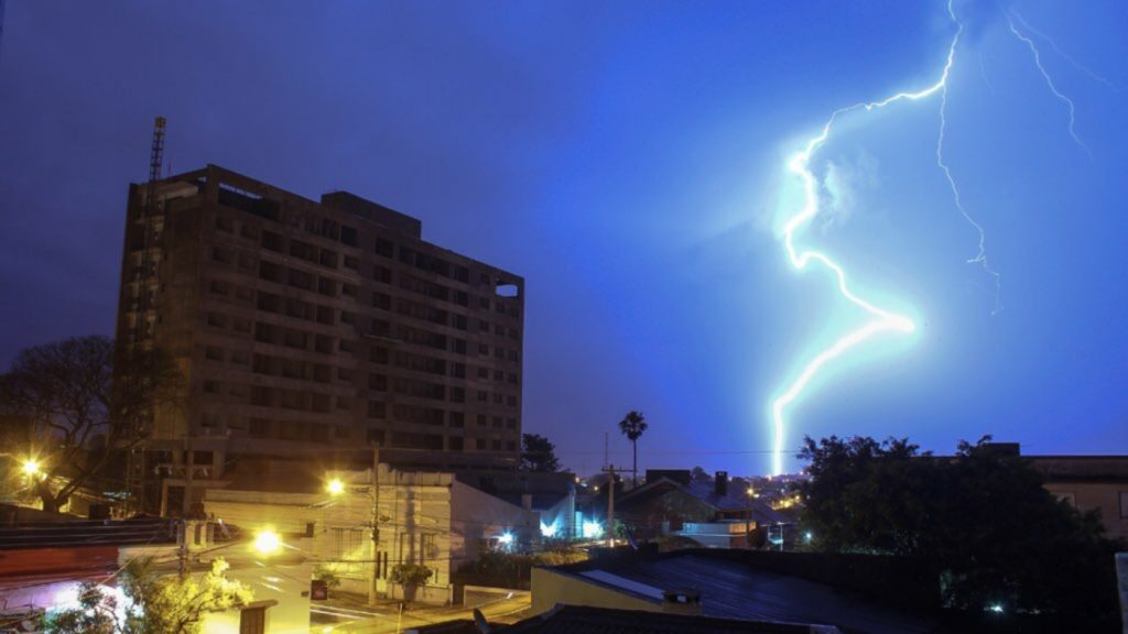 Rain, lightning, and storms advance from northeastern Argentina